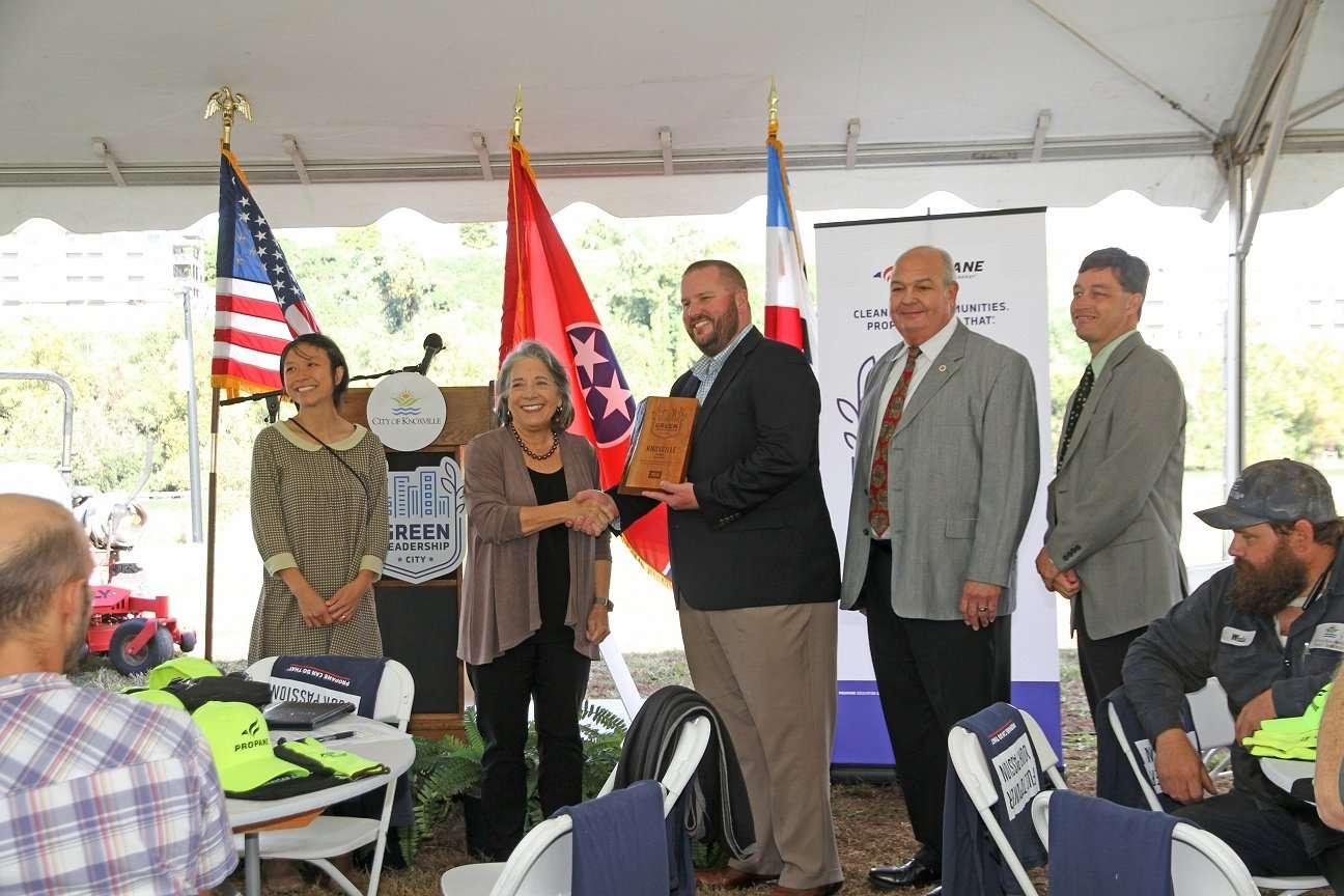 Presentation of the award to MayorRogero